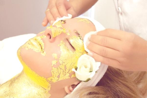 masaje-de-oro-como-tratamiento-facial-mascarilla
